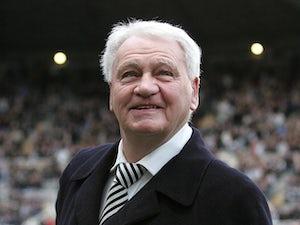 Newcastle unveil Sir Bobby statue