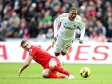 Jordan Henderson tackles Jonathan de Guzman during the first half on November 25, 2012