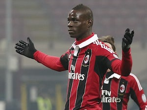 Balotelli 'fined for smoking on train'
