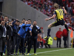 Fenerbahce's Dirk Kuyt celebrates scoring against Benfica on May 2, 2013