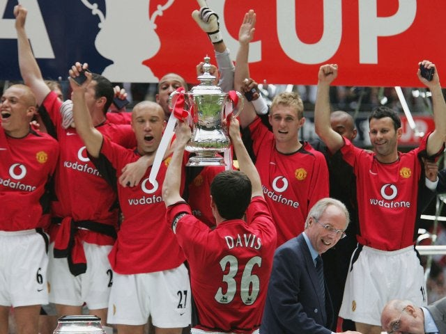 Manchester United players pay tribute to Jimmy Davis while lifting the FA Cup.