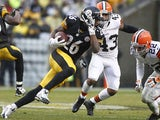 Le'Veon Bell of the Pittsburgh Steelers rushes against the Cleveland Browns during the game on December 29, 2013