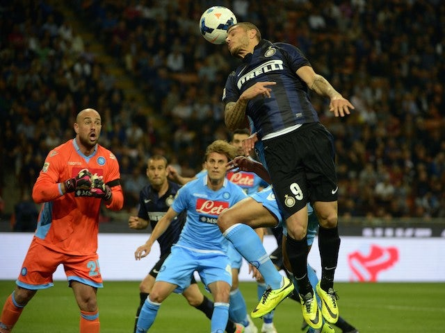 Inter Milan's Argentinian forward Mauro Emanuel Icardi (R) fights for the ball with Napoli's Spanish goalkeeper Jose Manuel Reina during the Italian Seria A football match on April 26, 2014