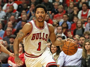 Derrick Rose sprains ankle in Bulls win