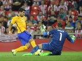 Barcelona's Uruguayan forward Luis Suarez (L) vies with Athletic Bilbao's goalkeeper Gorka Iraizoz (R) during the Spanish Supercup first-leg football match Athletic Club Bilbao vs FC Barcelona at the San Mames stadium in Bilbao on August 14, 2015