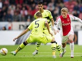 Ajax's Viktor Fischer (R) vies with Celtic Glasgow's Jozo Simunovic during the UEFA Europa League Group A football match Ajax Amsterdam vs Celtic Glasgow on September 17, 2015 at the Amsterdam Arena in Amsterdam.