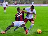 Bologna's midfielder from Ghana Godfred Donsah (L) vies with Roma's forward from Argentina Juan Manuel Iturbe during the Italian Serie A football match Bologna vs AS Roma on November 21, 2015 at the Renato Dall'Ara stadium in Bologna.