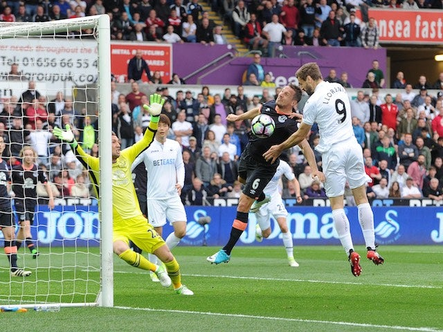 Fernando Llorente heads in during the Premier League game between Swansea City and Everton on May 6, 2017