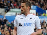 Gylfi Sigurdsson in action during the Premier League game between Swansea City and Everton on May 6, 2017