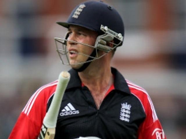 England wait on Trott injury