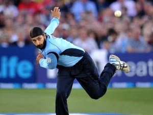 Panesar signs new Sussex deal