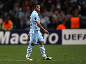 Ardiles urges Tevez to stay at Man City
