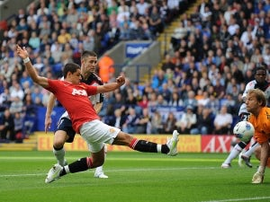 Hernandez signs five-year United deal