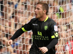 McCormack signs new Leeds contract
