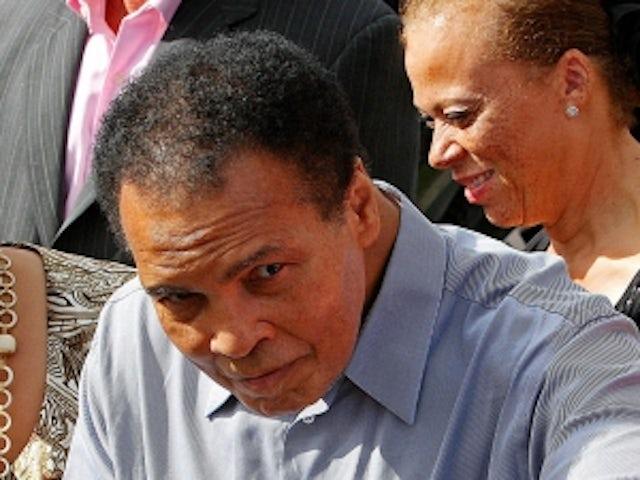 Muhammad Ali hosts Celebrity Fight Night