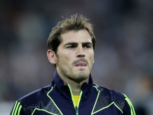 Casillas suffers fractured hand
