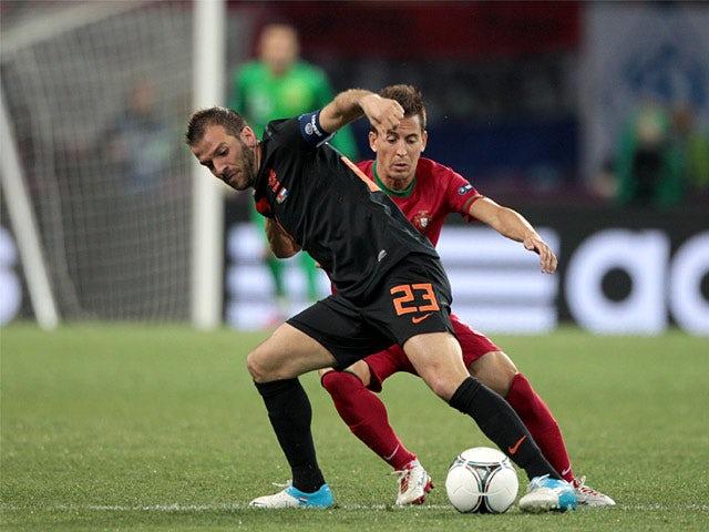Van der Vaart takes on Phil Taylor