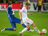 Bayern Munich's Anatoliy Tymoshchuk rounds the keeper to slot home his team's second goal on November 28, 2012