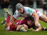 Exeter Chiefs' Simon Alcott beats Scarlets' Jonathan Davies to score his team's second try on December 15, 2012
