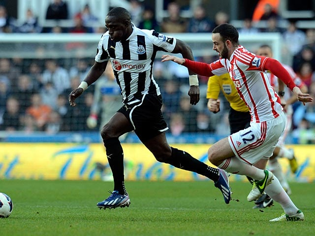 Moussa Sissoko and Marc Wilson battle for the ball on March 10, 2013