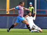 Catania's Gonzalo Bergessio and Cagliari's Luca Rossettini battle for the ball on April 7, 2013