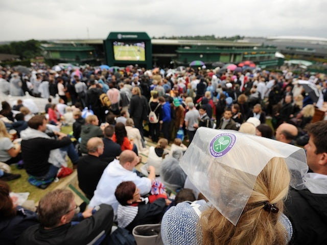 Fans brave the rain during Andy Murray vs Tommy Robredo on June 28, 2013