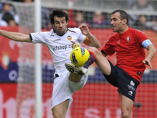 Osasuna's Patxi Punal duels for the ball with Valencia's David Albelda during the La Liga match on January 22, 2012