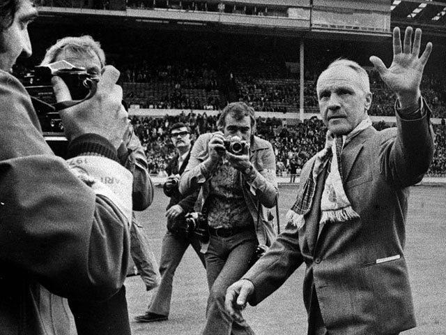 Liverpool's newly-retired manager Bill Shankly acknowleges the fans ovation as he makes a circuit of the pitch at Wembley Stadium on August 10, 1974