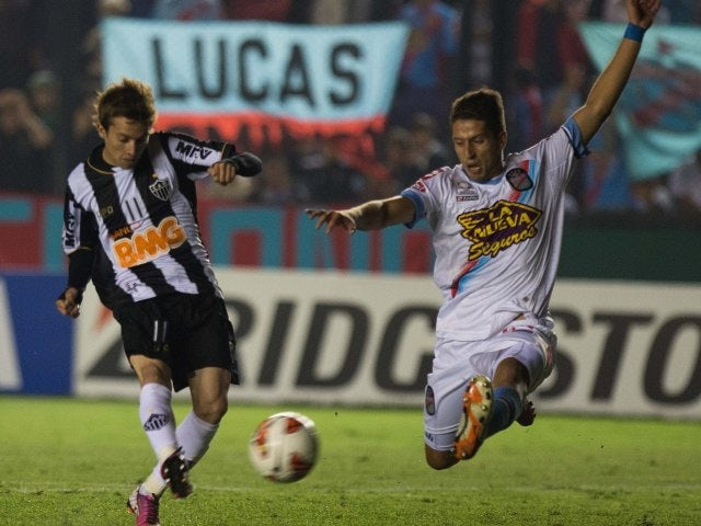 Bernard scores for Atletico Mineiro in a Copa Libertadores match.