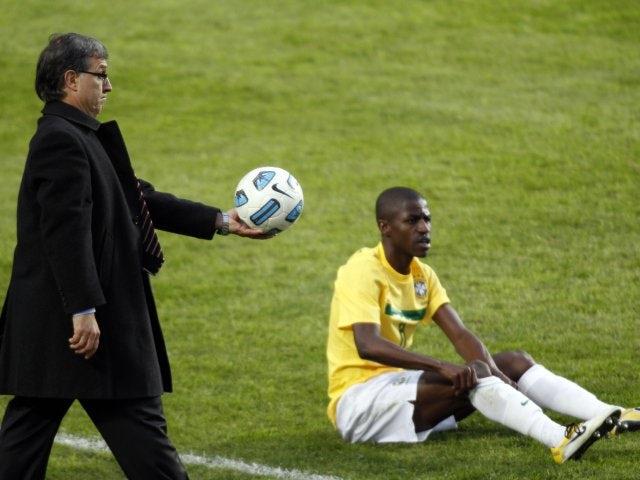 Gerardo Martino hands the ball back to Brazilian midfielder Ramires.