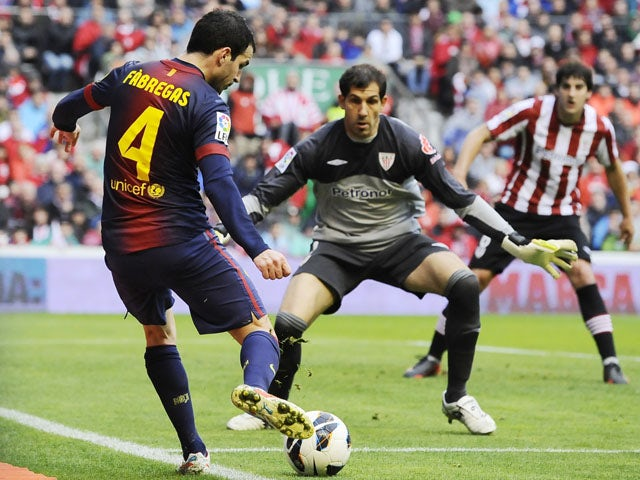 Athletic Bilbao's goalkeeper Gorka Iraizoz prepares to stop a shot from Barcelona's Francesc Fabregas during the La Liga match on April 27, 2013
