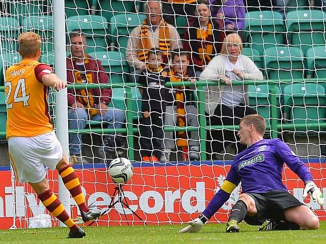 Motherwell's Henri Anier scores the winner against Hibernian on August 4, 2013