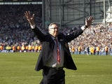 Manchester United's Scottish manager Alex Ferguson acknowledges fans at the end of the English Premier League football match between West Bromwich Albion and Manchester United on May 19, 2013
