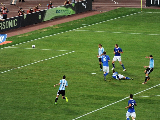 Gonzalo Higuain of Argentina scores the opening goal during the international friendly match between Italy v Argentina at Stadio Olimpico on August 14, 2013
