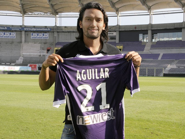 Colombian international midfielder Abel Aguilar poses with his Toulouse jersey on August 22, 2013
