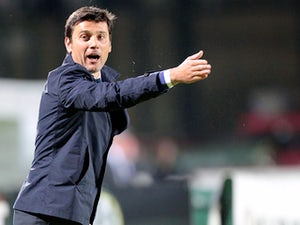 Fiorentina head coach Vincenzo Montella shouts instructions to his players during the Serie A match between AC Siena and ACF Fiorentina at Stadio Artemio Franchi on May 8, 2013