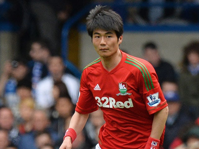 Swansea City's South Korean midfielder Ki Sung-Yeung runs with the ball during the English Premier League football match between Chelsea and Swansea City at Stamford Bridge in London on April 28, 2013
