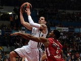 Jordan Farmar of Anadolu Efes (L) jumps to score during the Euroleague playoff basketball game Olympiakos vs Efes in Athens on April 26, 2013