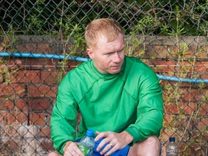 Scholes assists Man Utd training