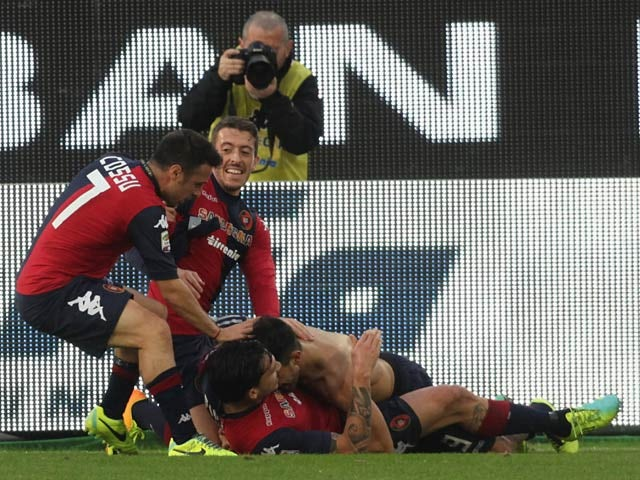 Cagliari 's Marco Sau celebrates with teammates after scoring his team's opening goal against Genoa during their Serie A match on December 8, 2013