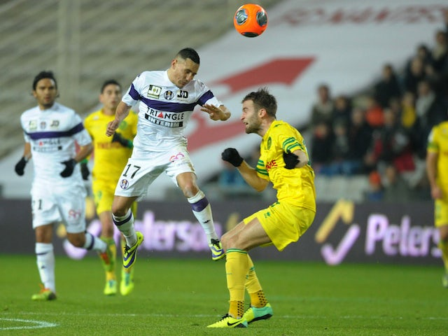 Toulouse's French midfielder Adrien Regattin (L) vies with Nantes' French midfielder Lucas Deaux during the French L1 football match between Nantes and Toulouse on December 14, 2013