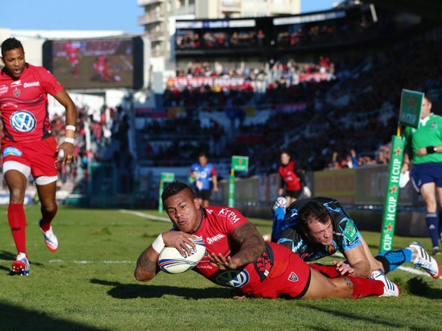 David Smith of Toulon scores his second try despite the attentions of Luke Arscott of Exeter Chiefs during the Heineken Cup Pool Two match between Toulon and Exeter Chiefs at the Felix Mayol Stadium on December 14, 2013