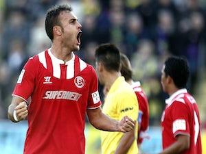 10-man Sevilla hold off Villarreal
