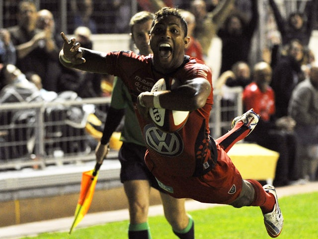 Toulon's fullback Delon Armitage scores during the French Top 14 rugby union match between Toulon and Bordeaux at the Mayol stadium in the southern French city of Toulon on November 1, 2013