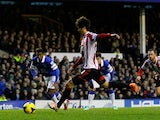 Ki Sung-Yueng of Sunderland scores a goal from the penalty spot during the Barclays Premier League match between Everton and Sunderland at Goodison Park on December 26, 2013