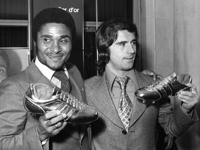 Eusebio poses with his Golden Boot award on October 20, 1973.