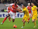 Nantes' French midfielder Jordan Veretout (R) vies with Reims' forward Odaïr Fortes during the French L1 football match Nantes against Reims on January 25, 2014