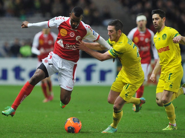 Nantes' French midfielder Jordan Veretout (R) vies with Reims' forward Oda�r Fortes during the French L1 football match Nantes against Reims on January 25, 2014