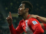 Mainz' Cameroonian striker Maxim Choupo-Moting (L) celebrates scoring the 1-1 by penalty on November 30, 2013