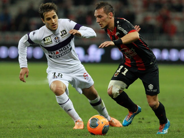 Toulouse's Argentinian midfielder Oscar Trejo vies with Nice's French forward Eric Bautheac during the French L1 football match between Nice (OGCN) and Toulouse (TFC) on March 1, 2014